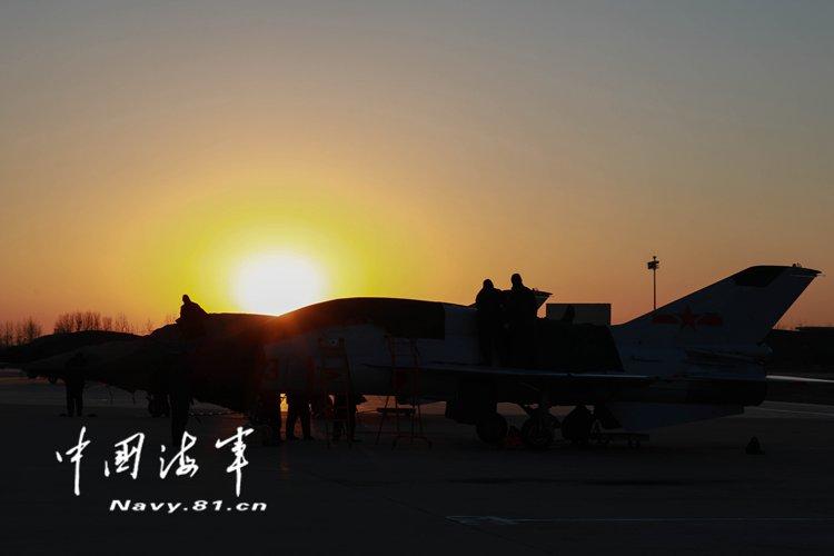 北京赛车pk10登录平台官网:月光下战斗!海军航空大学某团圆满完成新年度首次夜航飞行