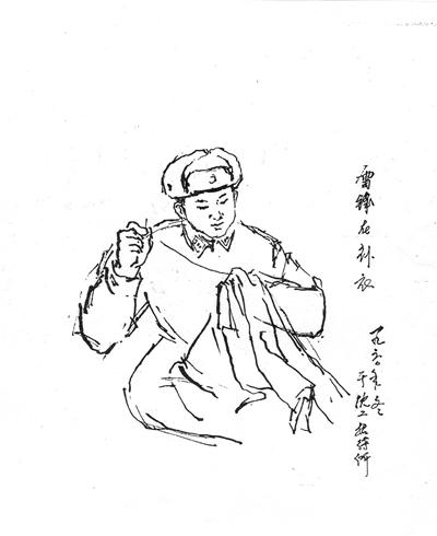 雷锋的画像有很多,这幅《雷锋在补衣》是他的第一幅画像,作者是原沈阳军区工程兵某团俱乐部主任杨宝威。 杨宝威1950年参军,长期从事部队宣传文化工作。1960年1月,雷锋入伍来到原沈阳军区某工兵团,与杨宝威所在团是兄弟部队。当年11月,雷锋为原沈阳军区工程兵机关、部队作报告,上级将杨宝威抽调到沈阳,同雷锋一起住进工程兵招待所,意在帮他随时捕捉创作灵感,真实呈现雷锋的形象。